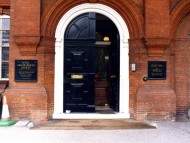 Puerta de entrada de la Royal Geographical Society en Londres.